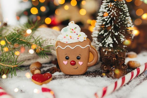 Peperkoek kerstkoekje en decoraties bij kerstboom, peperkoek cup.