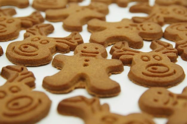 Peperkoek kerstkoekjes geïsoleerd op een witte achtergrond. detailopname