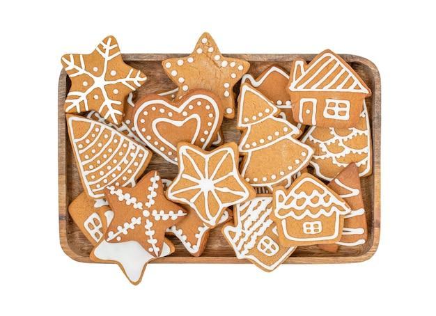 Peperkoek kerstkoekjes geïsoleerd op witte achtergrond