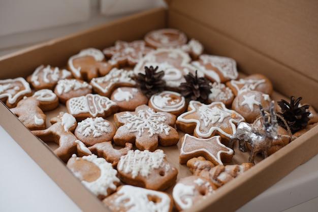 Peperkoek kerstkoekjes in een doos