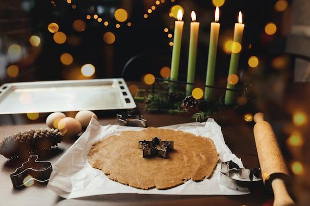 Peperkoek kerstkoekjes koken op de keuken. hoge kwaliteit foto