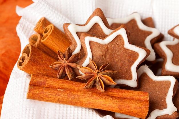Peperkoek kerstkoekjes met kaneel en anijs