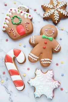 Peperkoek kerstkoekjes op een witte marmeren achtergrond. huisgemaakte heerlijke kerstpeperkoek