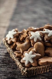 Peperkoek kerstkoekjes op keukentafel - close-up.
