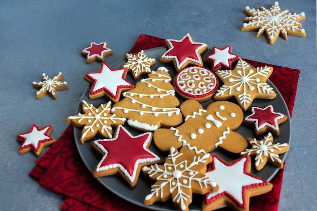 Peperkoek kerstkoekjes op plaat met rood weefsel.