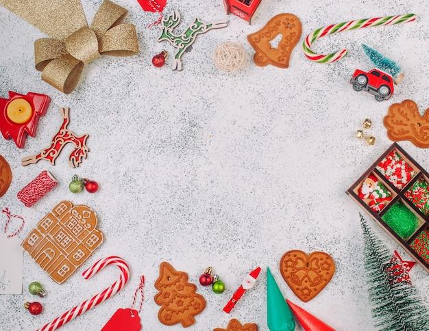 Peperkoek kerstkoekjes, suikerglazuur zakken, beregening en decor op witte achtergrond met lege ruimte voor tekst. bovenaanzicht, plat gelegd.