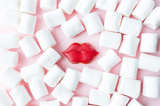 Peperkoek koekjes lippen met witte marshmallow. valentijn kaart. roze achtergrond. hoge kwaliteit foto