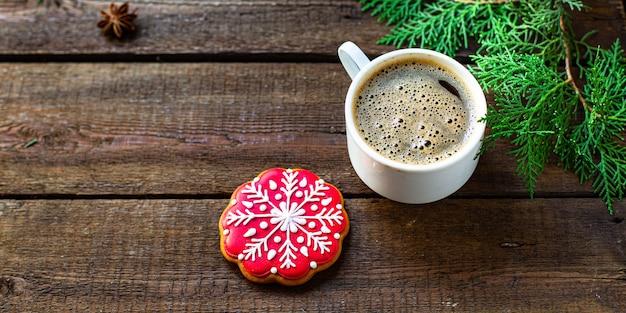 Peperkoek koekjeskoekje en koffie op tafel