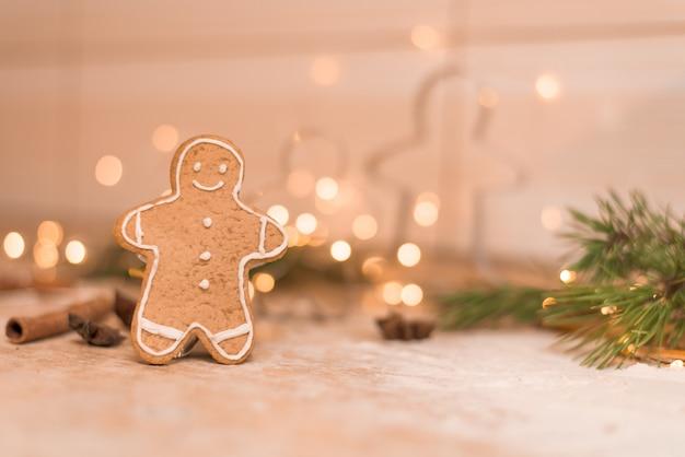 Peperkoek man cookies voor kerstvakantie. het proces van het maken van gemberkoekjes met honing