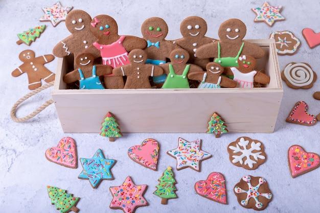 Peperkoek mannen en figuren. traditioneel nieuwjaar en kerstmis zelfgemaakte koekjes. kerst achtergrond. selectieve aandacht, close-up.