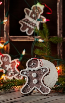 Peperkoek ornament op een houten tafel