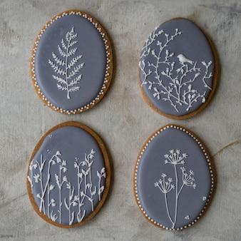 Peperkoek pasen grijze koekjes in vormeieren