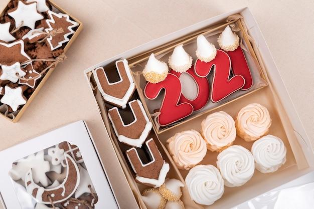 Peperkoek, peperkoekhuisjes en marshmallows in kerstdoos. vakantie gebakken goederen.