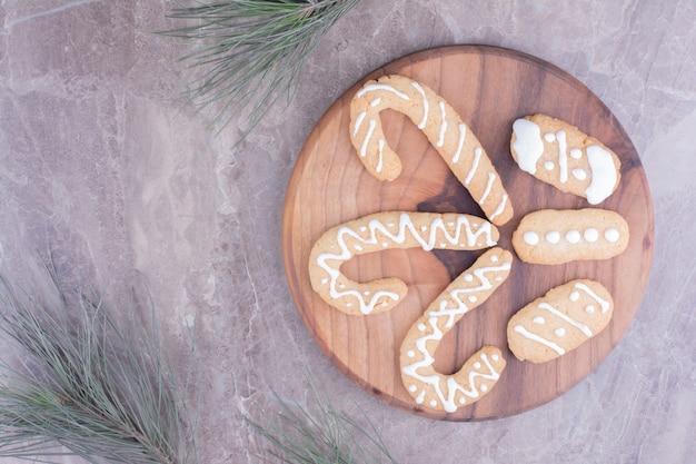 Peperkoek stick cookies met ovale degenen op een houten bord.