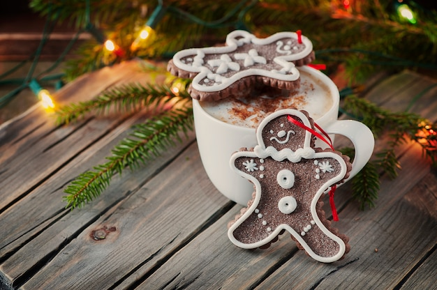 Peperkoek voor kerstmis op de houten tafel