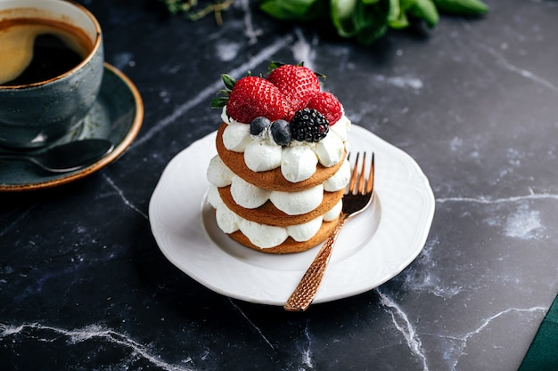 Peperkoekcake op een bord naast een kopje koffie