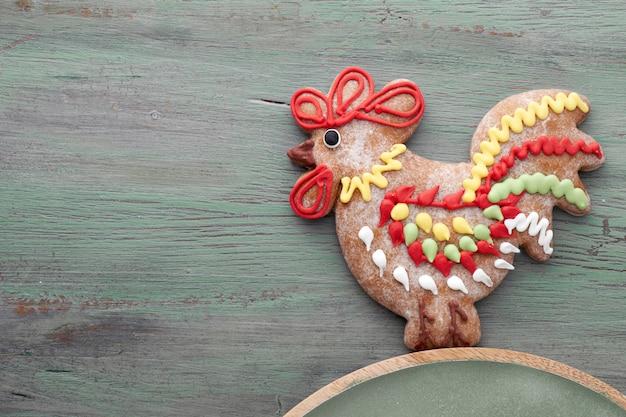 Peperkoeken gevormd als een haanvogel en harten op geweven hout, tekstruimte