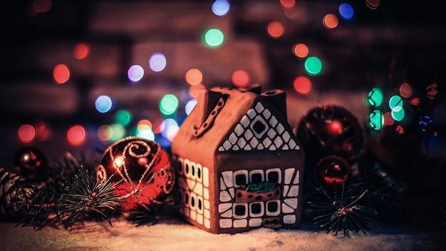 Peperkoekhuis en kerstversiering op feestelijke achtergrond