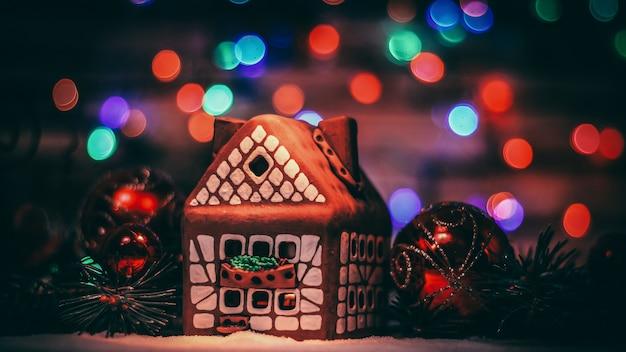 Peperkoekhuis en kerstversiering op feestelijke background.photo met kopieerruimte.