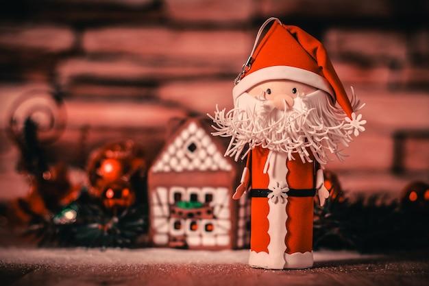 Peperkoekhuis, kerstballen en de kerstman. het concept van de celebration.photo met kopie ruimte