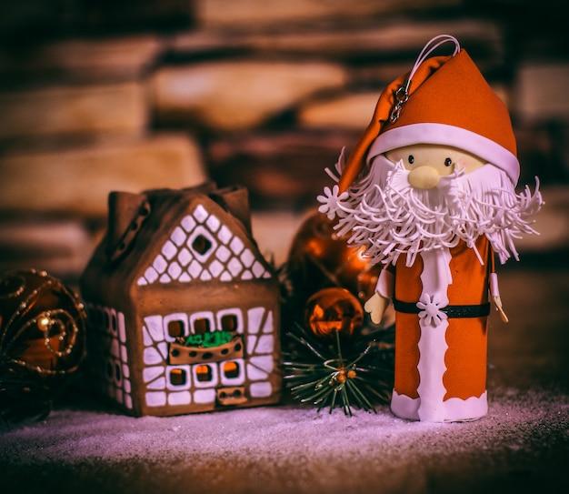 Peperkoekhuis, kerstballen en de kerstman. het concept