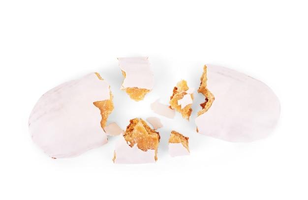 Peperkoekkoekje in vorm van etiket dat op witte achtergrond wordt geïsoleerd. bovenaanzicht