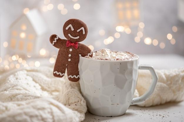 Peperkoekkoekje met warme chocolademelk voor de kerstvakantie