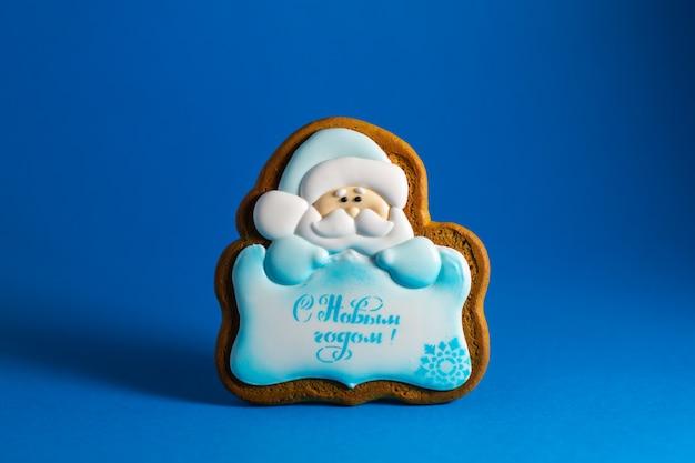 Peperkoekkoekje van kerstman met copyspace op blauw