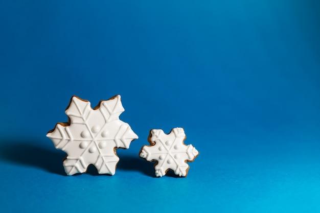 Peperkoekkoekje van sneeuwvlok op blauw