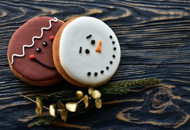 Peperkoekkoekjes en kerstmisdecoratie op een donkere houten achtergrond. detailopname. bovenaanzicht. feestelijke achtergrond.