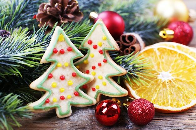 Peperkoekkoekjes met kerstversiering op houten tafel