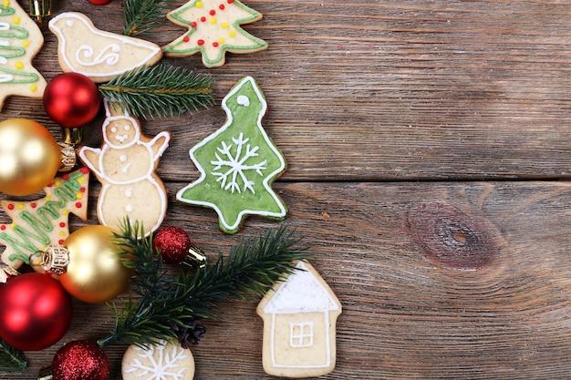 Peperkoekkoekjes met kerstversiering op houten tafeloppervlak
