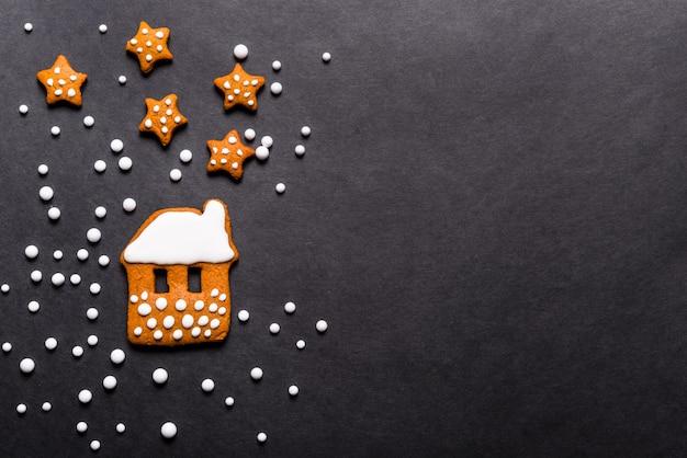 Peperkoekkoekjes op zwarte achtergrond, kerstmisconcept