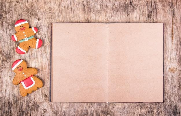 Peperkoekmannetjes en een boek met blanco pagina's