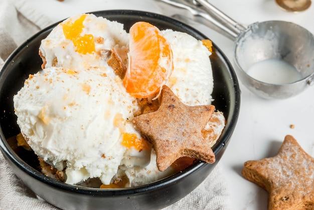 Peperkoekroomijs met mandarijnen en koekjes