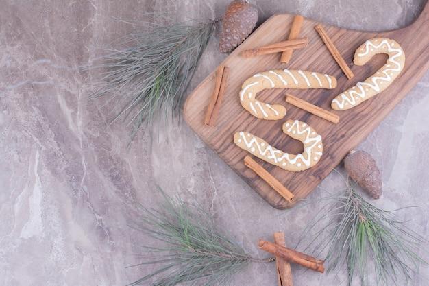 Peperkoekstokjes op een houten bord met kaneel rond