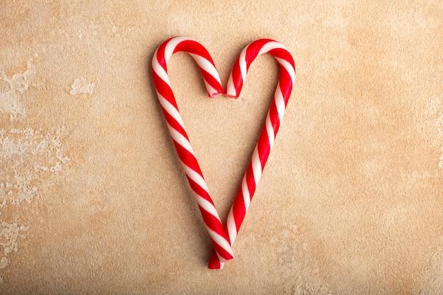 Pepermunt zuurstokken in hartvormen. kerstmis. kopieer ruimte