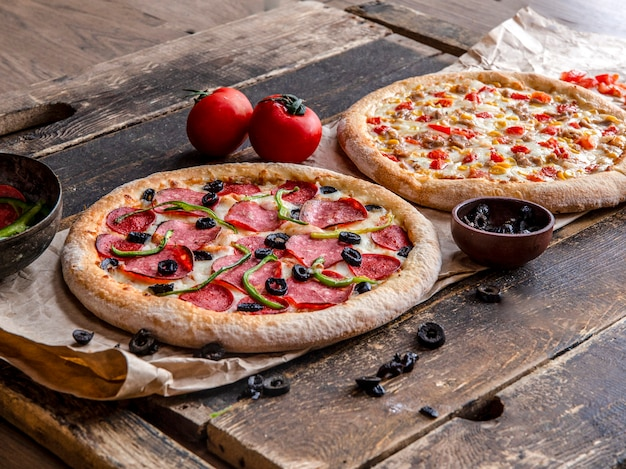 Pepperoni en kip pizza's met gemengde groenten