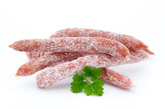Pepperoni of salami in zwitserse stijl, peterselieworst. geïsoleerd.