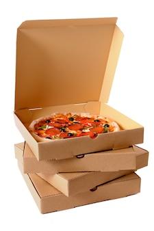Pepperoni pizza met de levering dozen