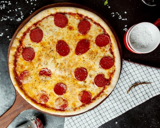 Pepperoni pizza met tomaat en kaas