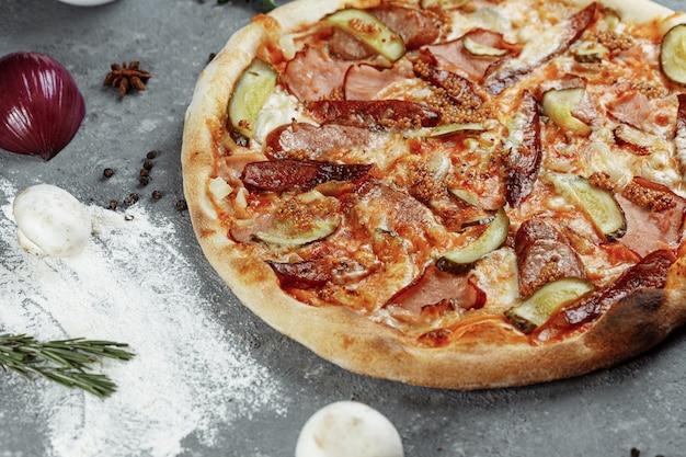 Pepperoni pizza op een tafel