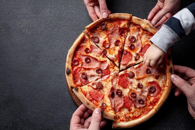 Pepperonipizza met salamiworst en roodgloeiende peper