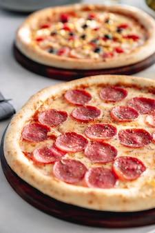 Pepperonispizza met kruiden wordt gediend dat