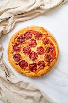 Pepperonispizza op houten dienblad, italiaanse voedselstijl