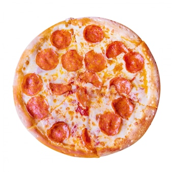Pepperonispizza op witte achtergrond.