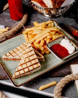 Pepperonitoost geserveerd met gefrituurd en sauzen