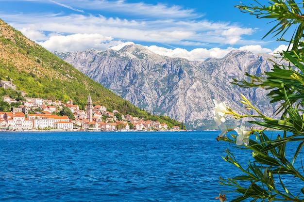 Perast old town in de baai van kotor, mooi zomers uitzicht, montenegro.
