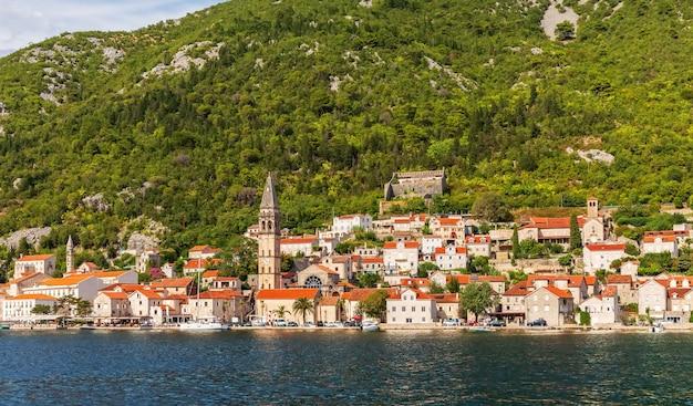Perast old town in de baai van kotor, mooie zomerse uitzicht vanaf de zee, montenegro.