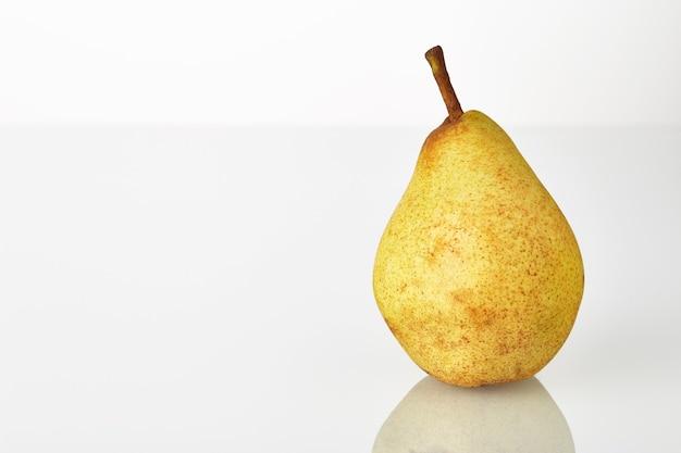 Perenfruit dat op de witte achtergrond wordt geïsoleerd.